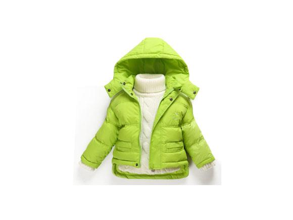 第一:看布料。 羽绒服布料大概具有高密度防泼水、防绒、防风及透气功能.其间大概以防绒至关紧要。防绒功能的好坏.取决于所用布料的纱支密度。支数越高密度也就越高.手感柔软且健壮。 第二:看辅料。 一是耐低温,由于运用环境通常在低温状态下,不耐低温的辅料很可能会开裂。二是经用.